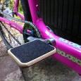 MotoPedal auf pinkem Rad montiert