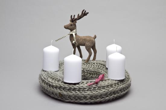 Adventskranz Grau gestrickt mit Hirsch