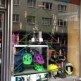 Weihnachtsbaum Fahrradkiste Schaufenster Maxxis Devinci Adventskranz